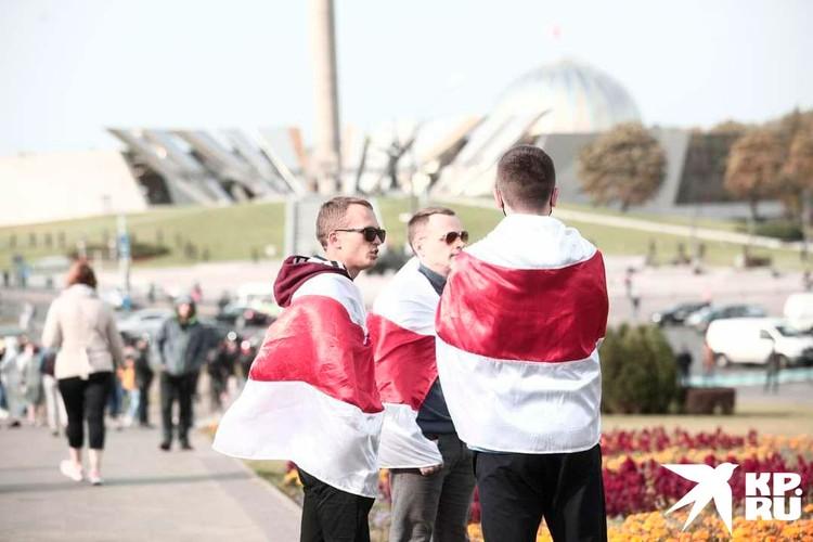 Пунктуальностью митингующие не отличились. В 14.00 - время, на которое был назначен сбор, - у стелы «Минск - город-герой» было спокойно. Фото: Иван Иванов