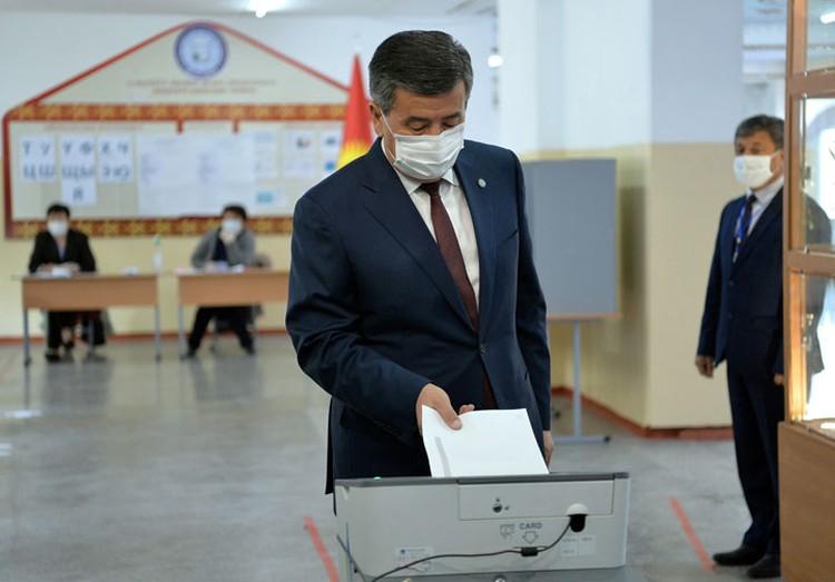 Одним из первых на выборах проголосовал президент. Сооронбай Жээнбеков заявил, что руководство страны сделало все, чтобы выборы прошли прозрачно и честно.