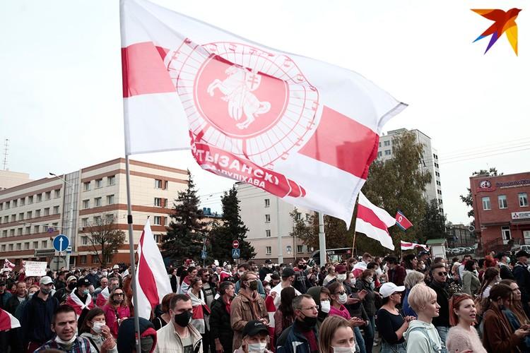 Колонна протестующих на улице Притыцкого в Минске.