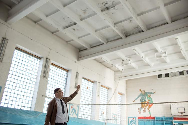 Крышу в спортзале залатали сами работники школы.