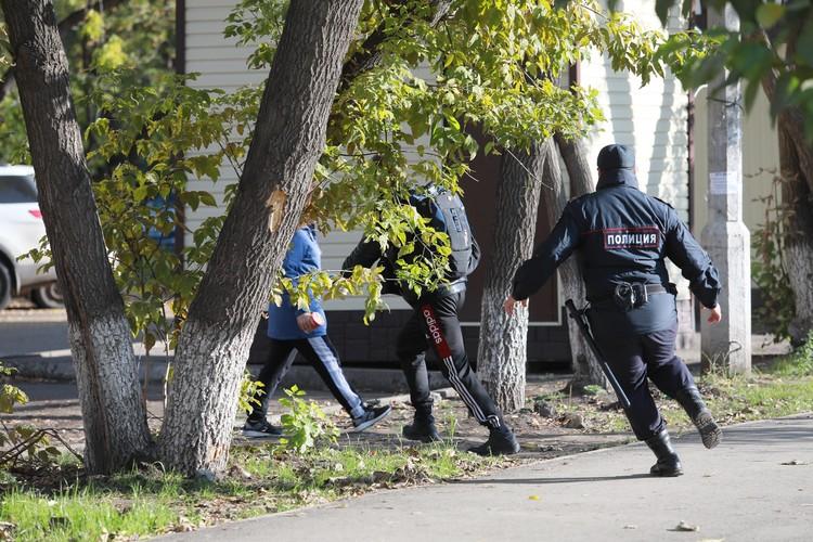 Пассажир без маски убегает от полиции в Красноярске.