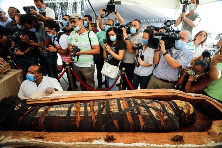 Внутри обнаружили мумию.