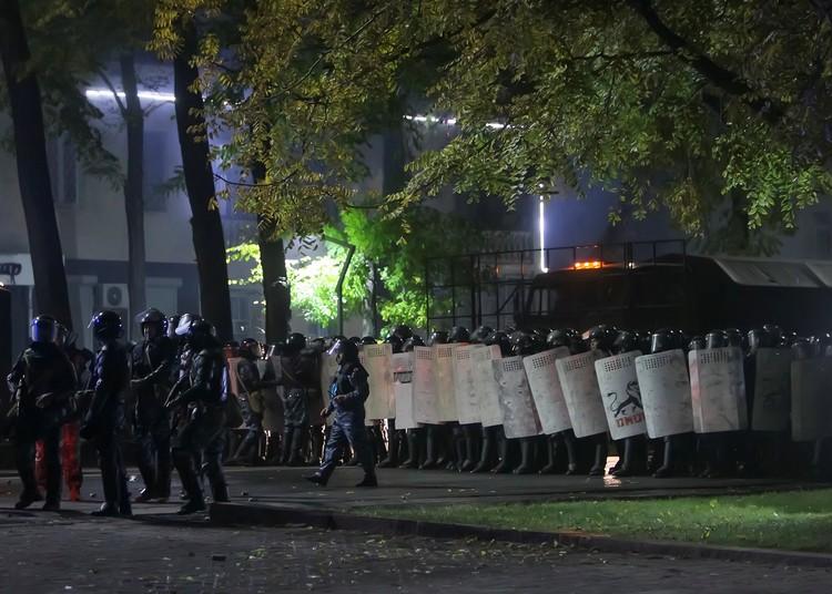 Силы ОМОНа на улицах Бишкека, вечер 5 октября.