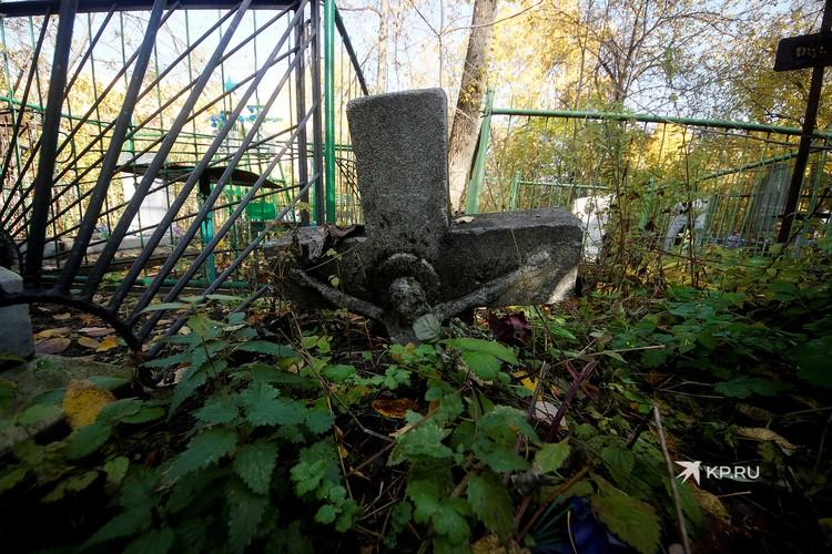 Некоторые дореволюционные надгробия буквально утонули в земле.