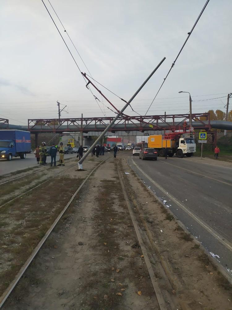 Трамвай повалил столбы и оборвал провода. Фото: ЗПСО №2
