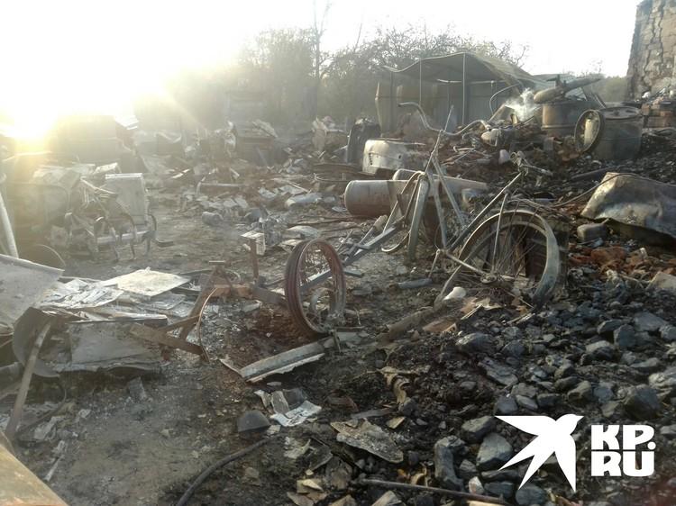 Сгоревшие строения в деревне Шелемишевский Хутор.