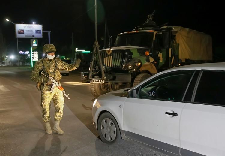 военные патрули проверяют машины.