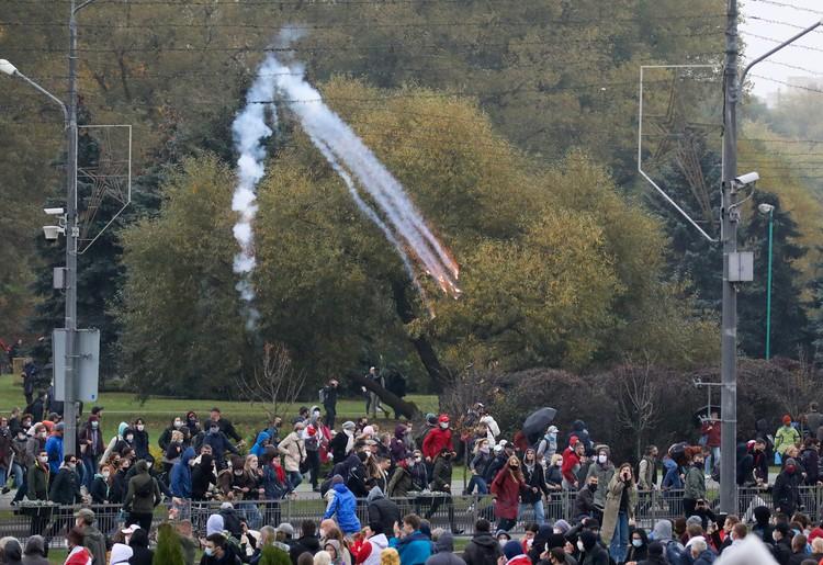 Для разгона митинга силовики применили водометы и светошумовые гранаты.