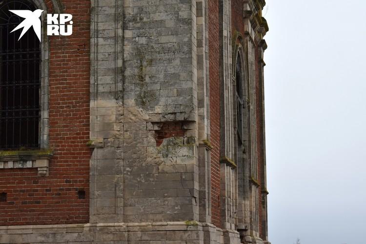 Колокольня Богословского храма до сих пор хранит следы боев 41-го года. Фото: Ярослава БЕСПАЛОВА.