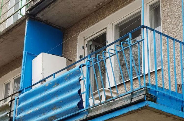 На балконе и окнах остались следы от пуль.