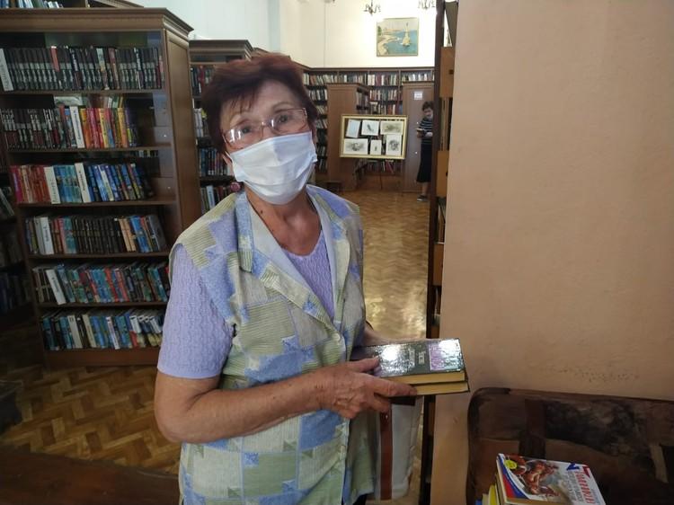 Людмила Михайловна не представляет свою жизнь без книг