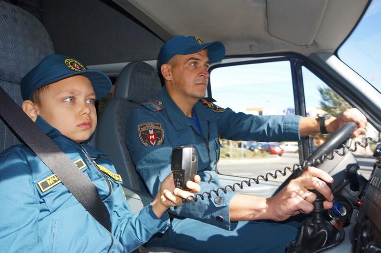 Стать супергероем и защищать слабых, как папа – такова мечта 8-летнего Никиты Меженина из столицы Республики. Фото: dnmchs.ru