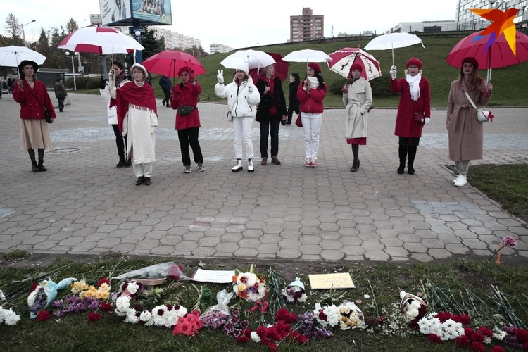 Девушки дошли до Пушкинской и возложили красно-белые гвоздики на месте гибели Александра Тарайковского
