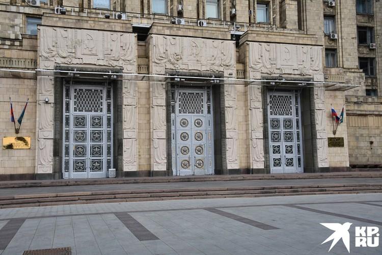 При этом республик СССР на дверях МИДа — не 15, как многие привыкли, а 16.