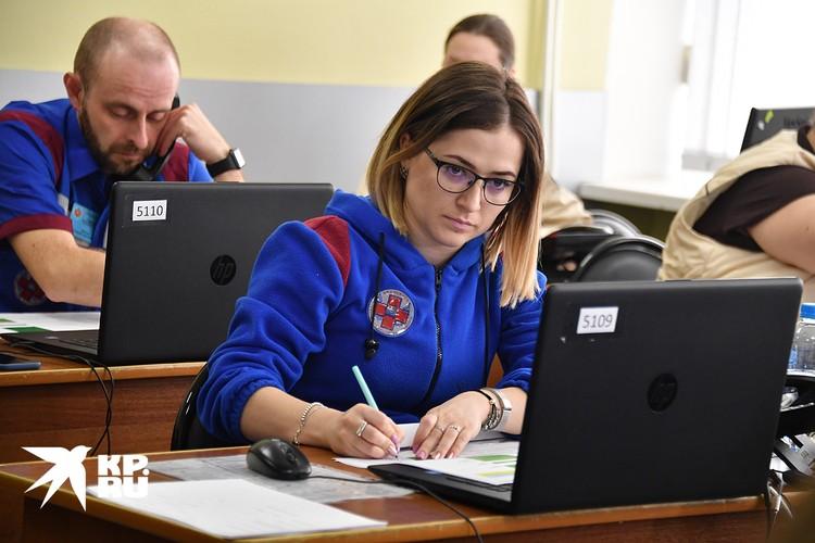 Диспетчеры службы скорой медицинской помощи занимаются распределением вызовов