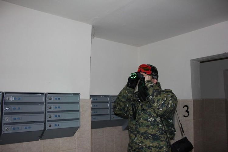 Работа с обнаружителем видеокамер. Фото: СУ СКР по Пермскому краю.