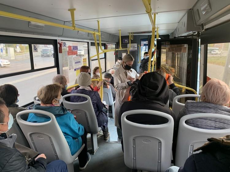 В трамваях в основном многие пассажиры сразу надевают маски. Фото: горадминистрация