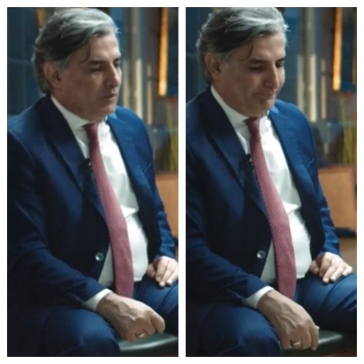 """Экс-адвокат опускает голову и потирает пальцы, придумывая легенду. Фото: стоп-кадр интервью YouTube-каналу """"Принцип Ковалева""""."""
