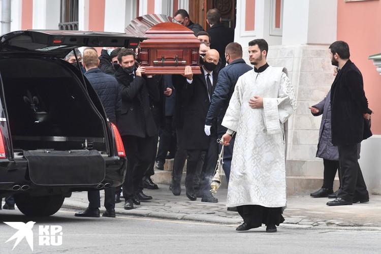 После богослужения гроб вынес из храма сын Ирины Константиновны - Федор Бондарчук, выразив таким образом глубокое почтение и сыновью любовь.