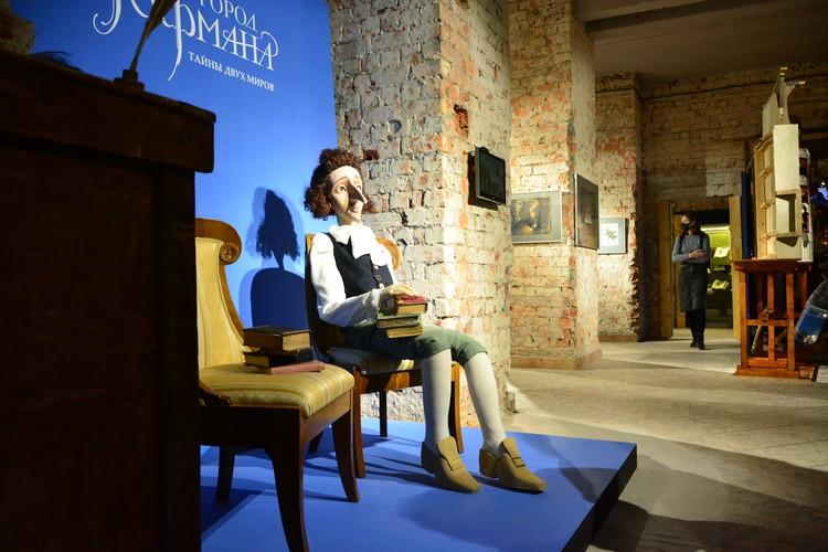 Выставка разместилась одном из залов, который смотрится необычайно атмосферно благодаря кирпичным стенам и подсветке.