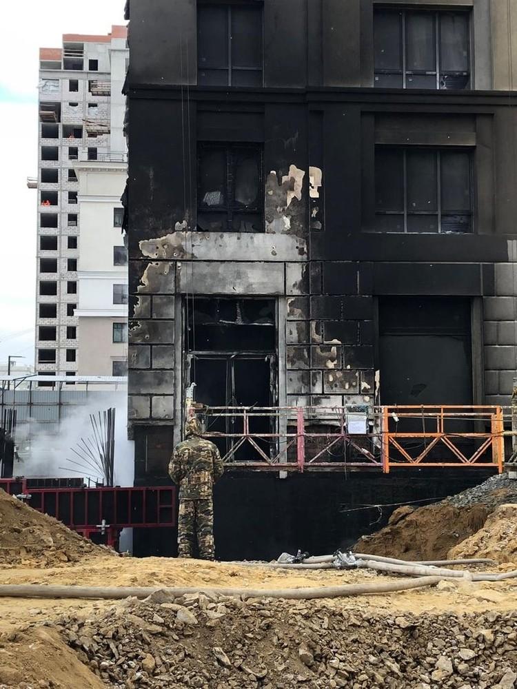 У здания горел фасад. Фото: читатель «КП»