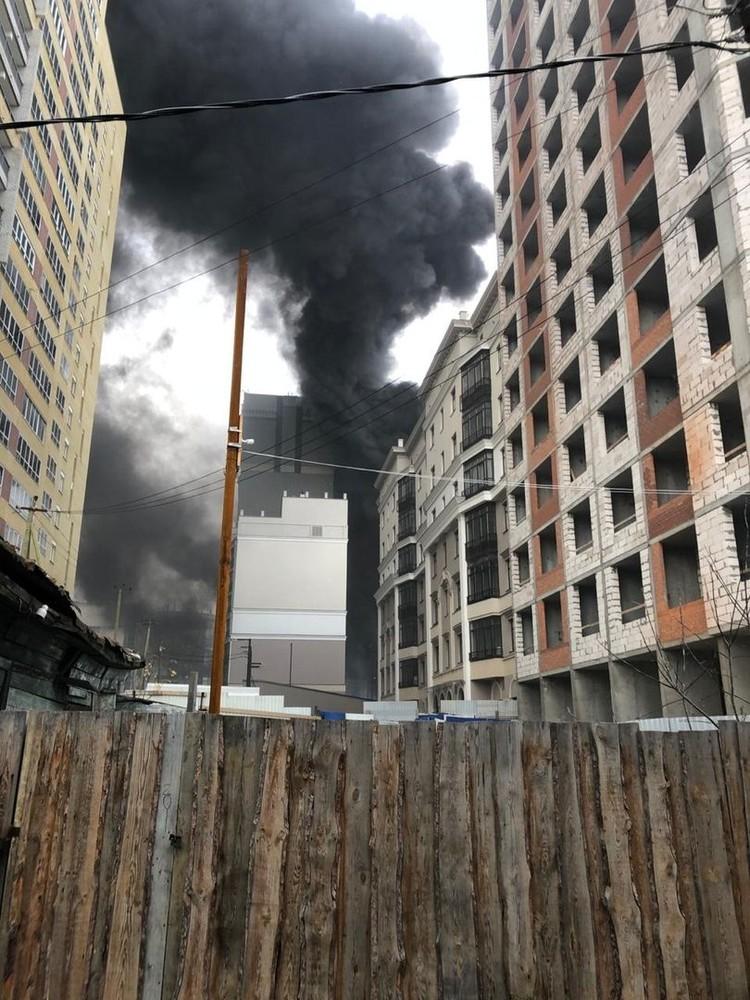 Огонь горел в здании на Щорса, 53. Фото: читатель «КП»