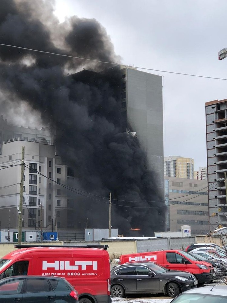 Огонь распространился на 100 квадратных метров, но внутрь здания не проник. Фото: читатель «КП»
