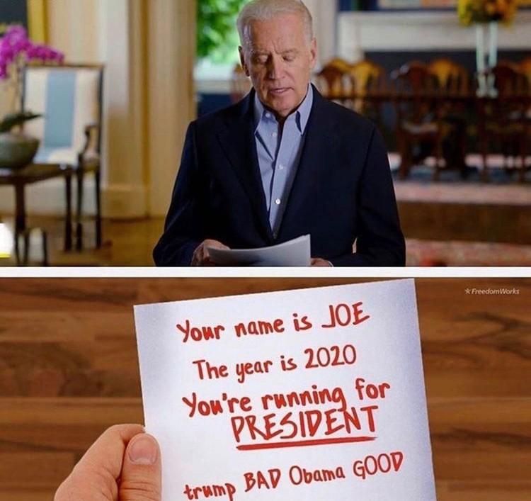 """Демотиватор - выступающий кандидат якобы держит в руках листок-подсказку с надписью: """"Тебя зовут Джо. Сейчас 2020 год. Ты баллотируешься в ПРЕЗИДЕНТЫ. Трамп - плохой, Обама - хороший""""."""