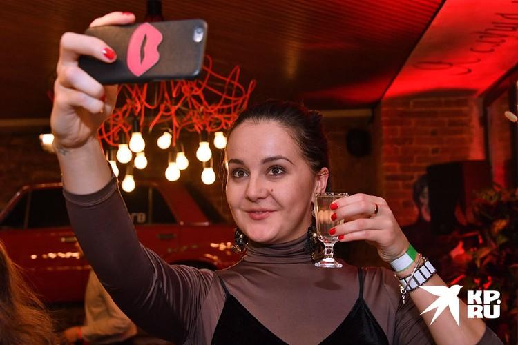 Женщины быстрее привыкают к алкоголю.