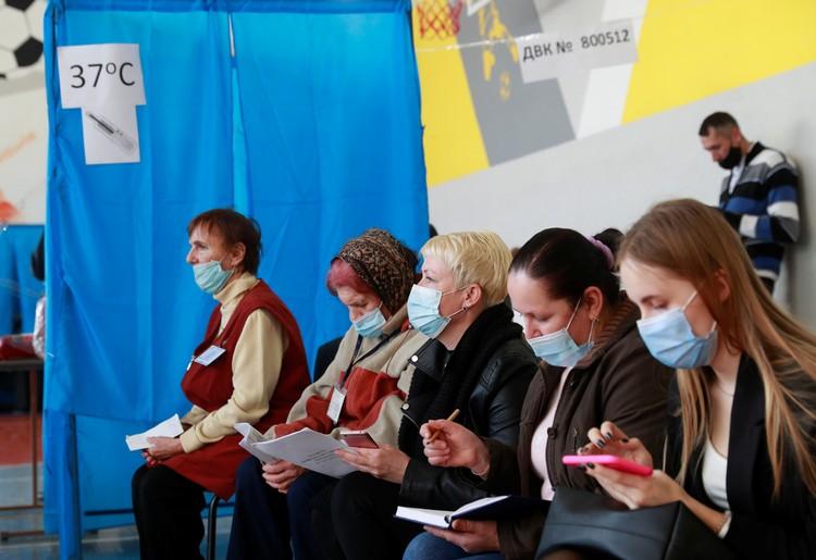 Наблюдатели следят за ходом голосования в Киеве.
