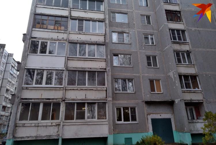 С обратной стороны на третьем этаже (с краю) также вставили выбитые плиты и стеклопакеты на балконе