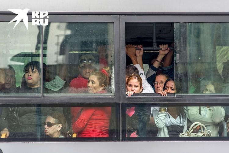 Местные жители, в свою очередь, толпятся в автобусах. Фото: Алексей Белянчев