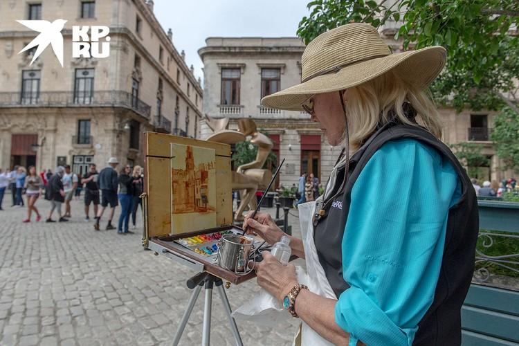 В городе много туристов из США, задержавшиеся здесь никуда не спешат и наслаждаются красивейшей архитектурой Гаваны. Фото: Алексей Белянчев