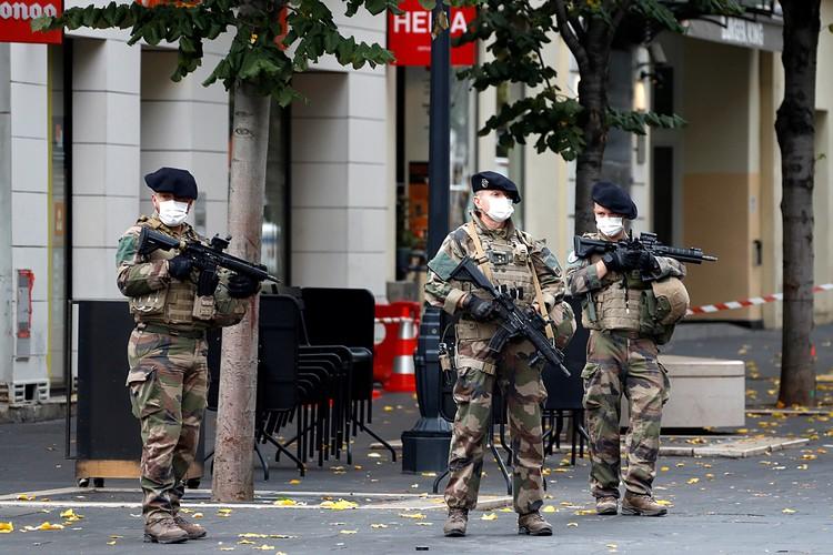 В результате нападения неизвестного с ножом около собора Нотр-Дам во французском городе Ницце погибли три человека