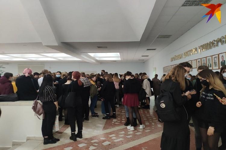 Почти все студенты пришли в университет в черном. Так молодые люди оделись в поддержку тех, кого отчислили.