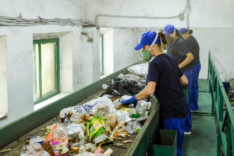Представляете, насколько трудно разбирать мусор, сваленный в одну массу? Фото: пресс-службы правительства Воронежской области