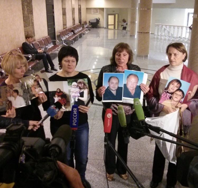 Родственники погибших от рук цапков. Фото: Алексей Есиков