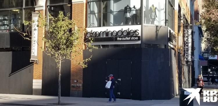 Bloomingdale`s закрасили фанеру черной краской – то ли в тон своему логотипу, то ли в целях политкорректности