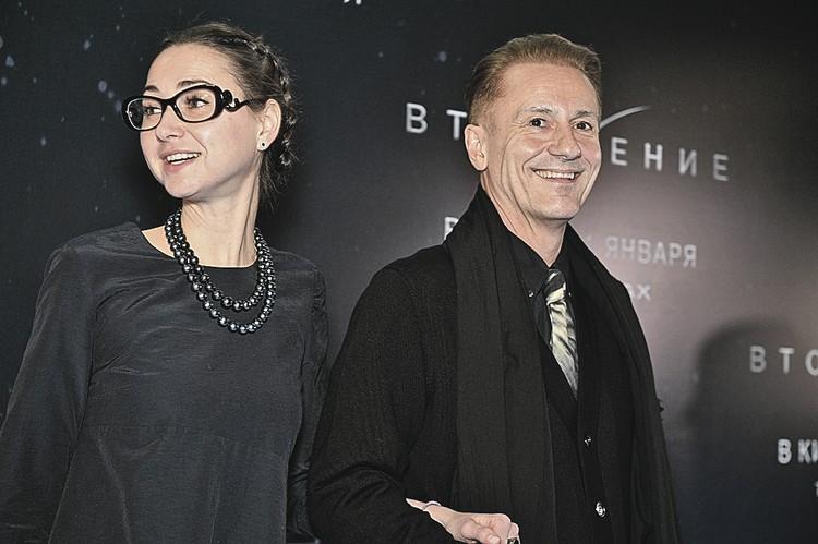 Олег Евгеньевич с супругой Анастасией на премьере одного из недавних фильмов с его участием - фантастического блокбастера «Вторжение».