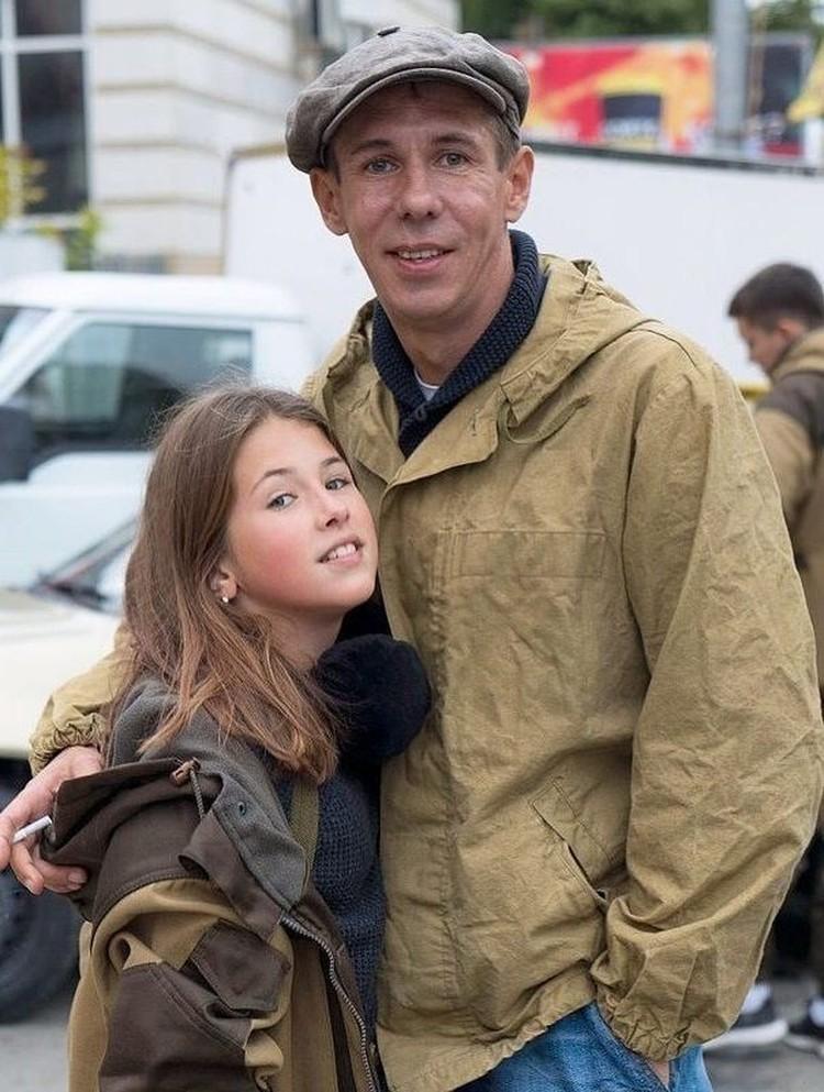 Дочь артиста заканчивает школу и пока не планирует переезжать к отцу. Фото: Инстаграм.