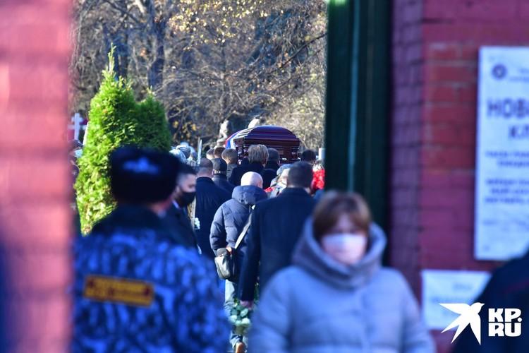 Внутрь Новодевичьего никого не пускали.