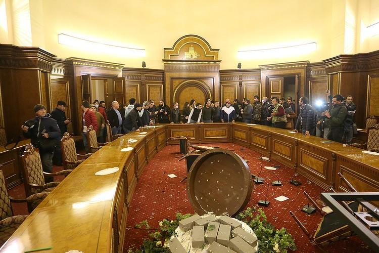 Досталось и залу заседаний правительства Армении.