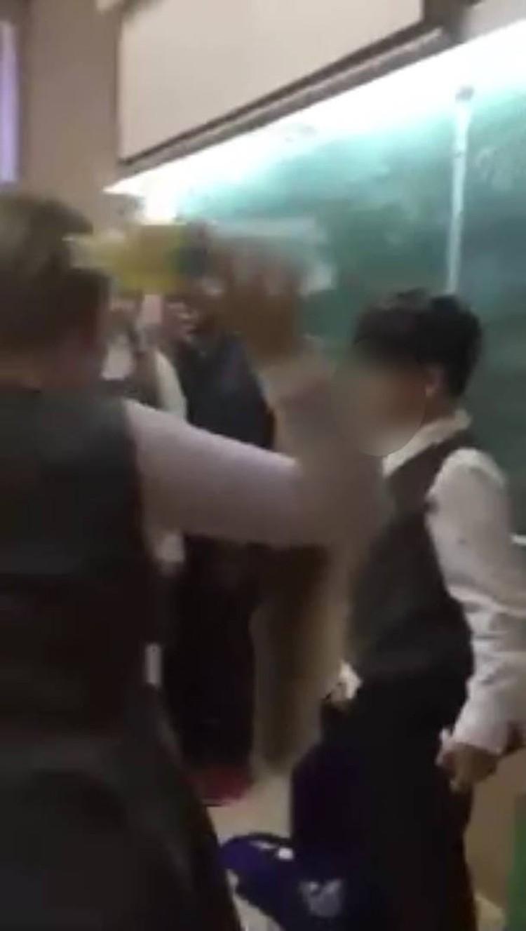 Девочке показалось мало облить одноклассника и она бросила ему в голову уже опустевшую бутылку.