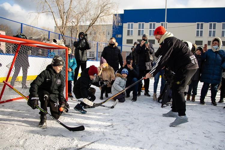 Кузнецов в роли нападающего на новой хоккейной площадке в Челябинске.