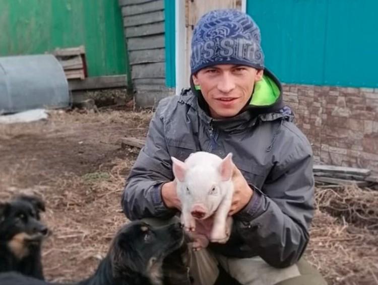 Алексей учится в омском Институте водного транспорта, а живет в деревне Станкевичи, что в 200 километрах от Омска.