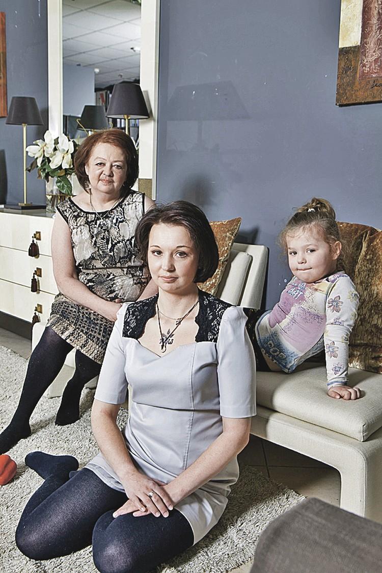 Дочь Гурченко Мария со своей дочкой Еленой и внучкой Таисией. Фото: Natalia SHAKHANOVA/Global Look Press