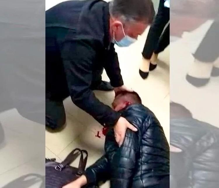 Роман Гребенюк истекает кровью после избиения. Кадр из видео свидетелей происшествия