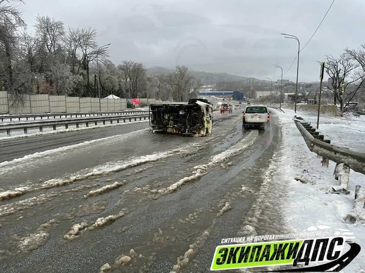 Микрогрузовик перевернулся на скользкой дороге. Фото: AK_VDK, dps_vl
