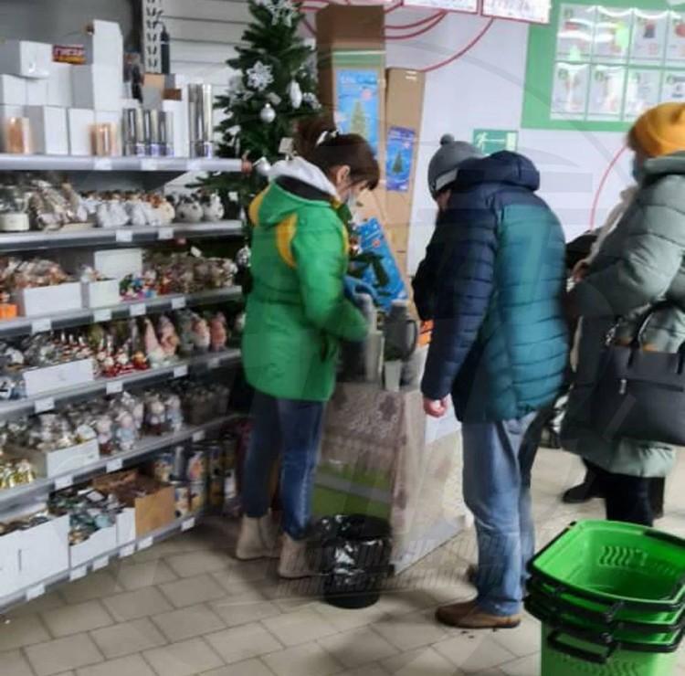 Посетителям магазина предлагают отогреться горячим чаем