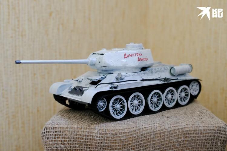 Мини-модель танка Т-34 стала изюминкой выставки.
